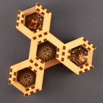 Czterokomorowy pojemnik na żetony pasujący do Neuroshimy Hex